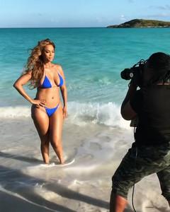 Tyra Banks - Bikini Photoshot BTS SI 2019